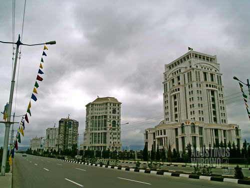 Gedung-gedung pualam megah berbaris di tengah sepi (AGUSTINUS WIBOWO)