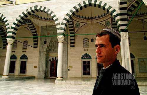 Masjid besar dan megah tetapi tak ada umat yang datang (AGUSTINUS WIBOWO)