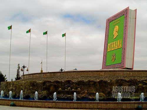 Monumen Ruhnama di Berzengi (AGUSTINUS WIBOWO)