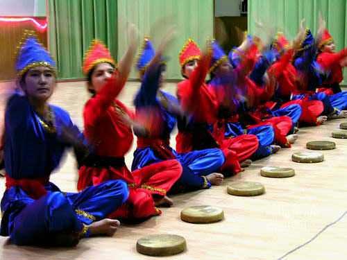 Murid-murid Samarkand menarikan Badinding. (AGUSTINUS WIBOWO)