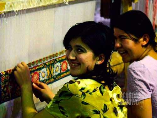 Gadis penenun dari Bukhara. (AGUSTINUS WIBOWO)