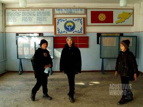 Bocah-bocah Uzbek di sekolah Kirghiz (AGUSTINUS WIBOWO)