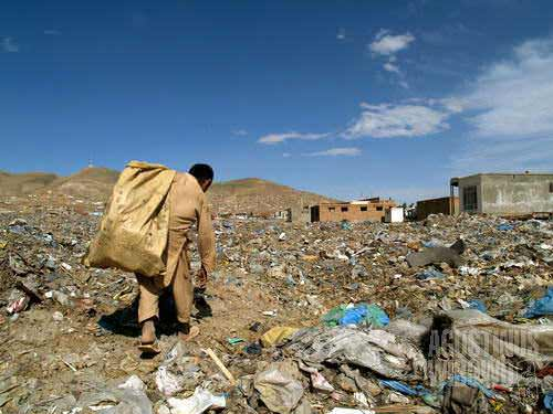 """Searching for possible """"treasures"""" in the garbage dump of northern Kabul"""