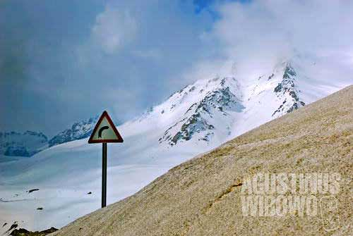 Now we navigate through the Salang Pass. Turn right...