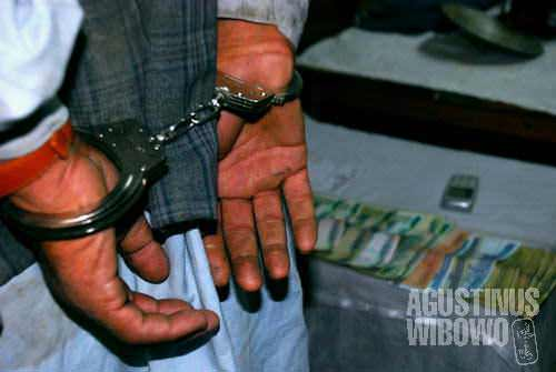A Taliban member was caught and now displayed to the journalists