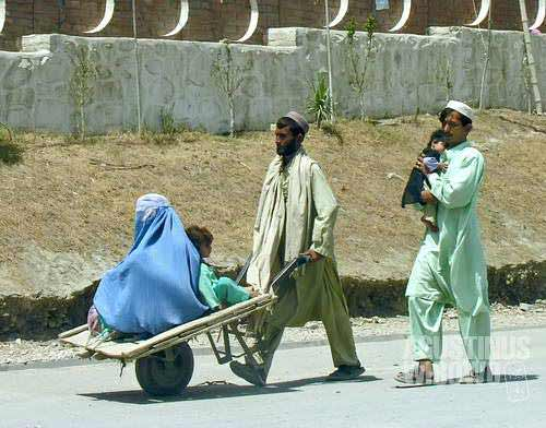 Afghans rushing to cross to Pakistan