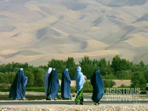 Most women here still choose to wear the blue burqa