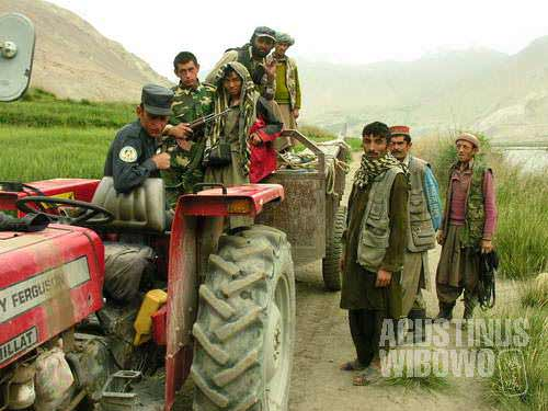 A foreigner pretending to be an Afghan joins the trip