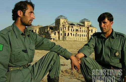 Two Afghan police (or soldiers) guarding the ex-palace in Kabul