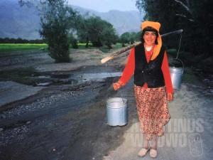 Perempuan Tajik dari Tashkurgan, China (desa terakhir sebelum Khunjerab Pass), punya kebiasaan memakai topi di bawah kerudung. (AGUSTINUS WIBOWO)