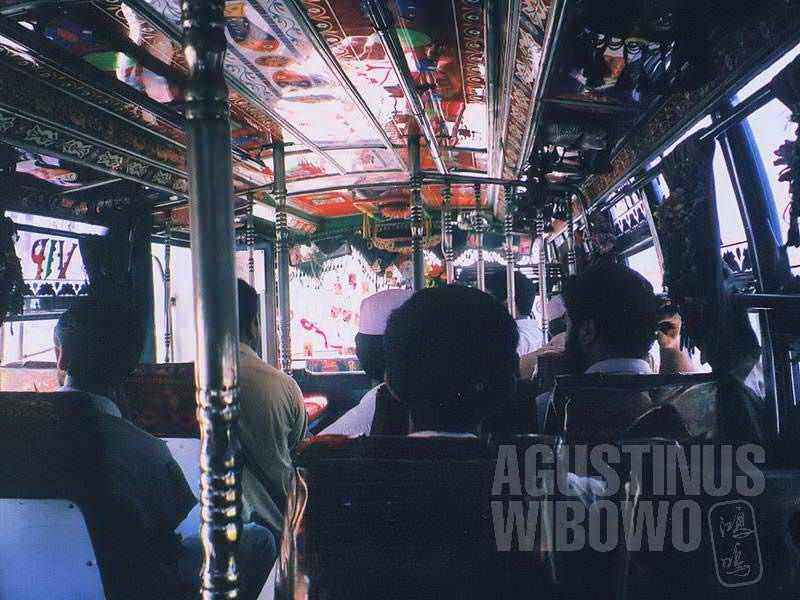 Interior bus yang penuh hiasan (AGUSTINUS WIBOWO)