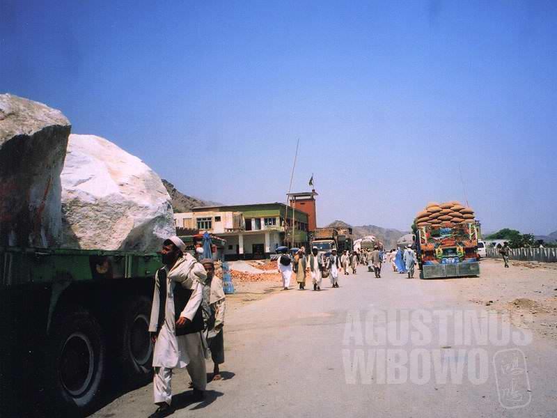 Berbondong meninggalkan Afghanistan, menuju Pakistan (AGUSTINUS WIBOWO)