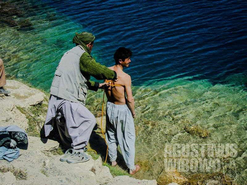 4.Mencebur ke danau untuk mendapat kesembuhan (AGUSTINUS WIBOWO)