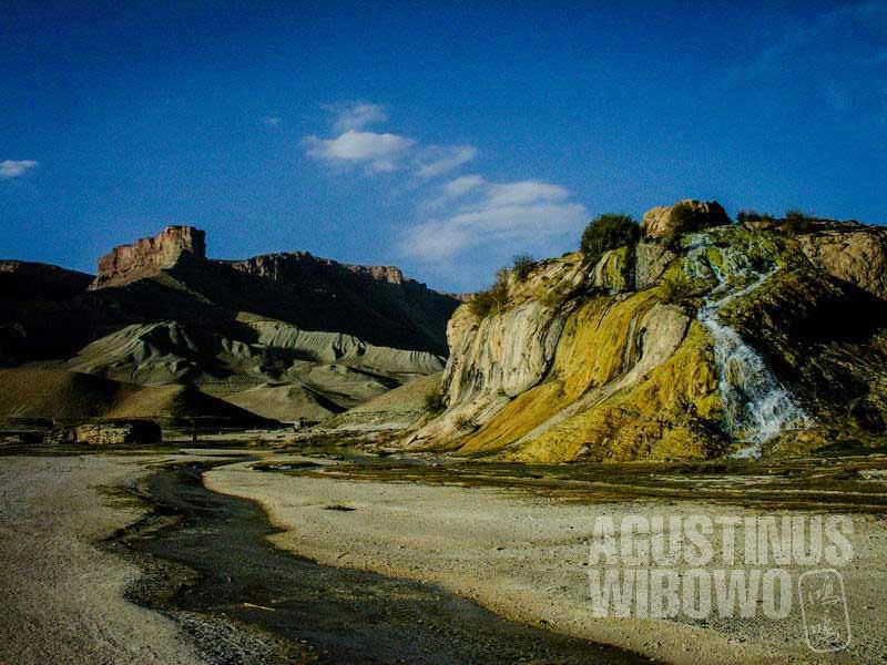 1.Air terjun di sisi danau (AGUSTINUS WIBOWO)