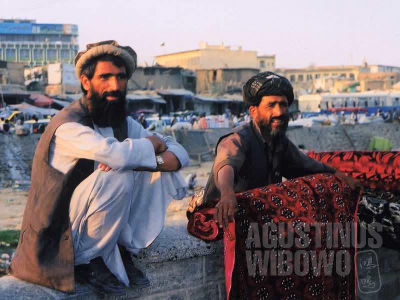 Pedagang permadani di tepi sungai kering (AGUSTINUS WIBOWO)
