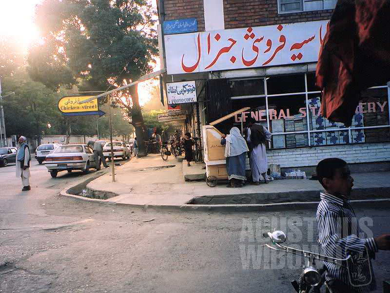 Chicken Street adalah barisan toko suvenir, zaman dulu menjadi daerah favorit para turis asing yang bertandang ke negeri ini. (AGUSTINUS WIBOWO)