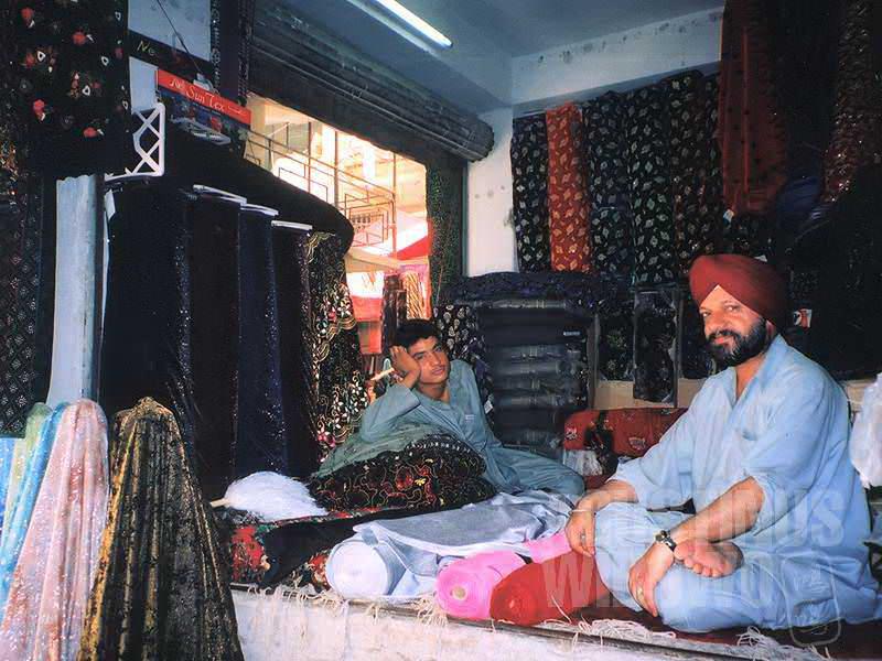 Pedagang Sikh dengan rambut yang tidak pernah dipotong tersembunyi di balik serban. (AGUSTINUS WIBOWO)