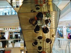 Para pengunjung Safi Landmark, pusat perbelanjaan termegah di Kabul hari ini. (AGUSTINUS WIBOWO)