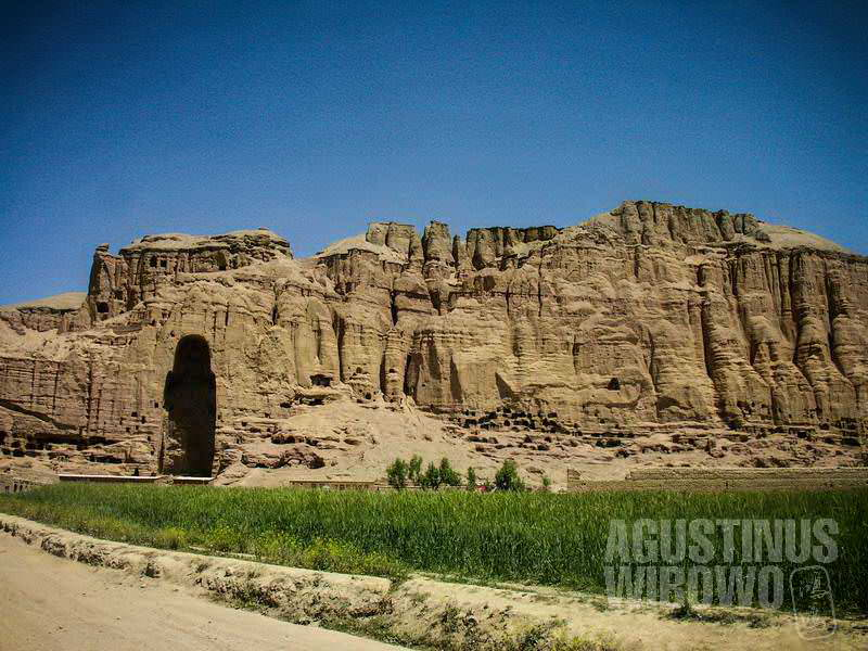 Yang tersisa dari peradaban kuno Buddhisme itu adalah rongga raksasa dan gua-gua kosong. (AGUSTINUS WIBOWO)
