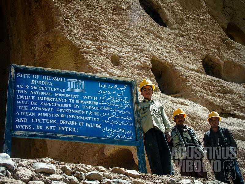 Para pekerja berhelm kuning bertugas membersihkan bebatuan dari situs Buddha Bamiyan. (AGUSTINUS WIBOWO)