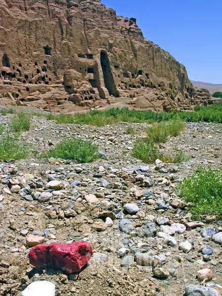 Batu bercat merah menandakan daerah ini masih beranjau. (AGUSTINUS WIBOWO)