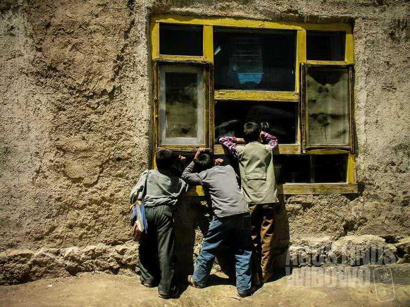 Mengintip kehidupan dari balik jendela kedai teh. (AGUSTINUS WIBOWO)