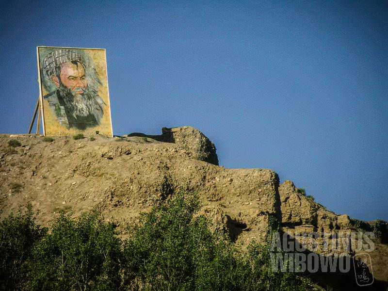 1.Foto raksasa pahlawan Hazara dalam perang Mujahiddin menghiasi langit Bamiyan. (AGUSTINUS WIBOWO)