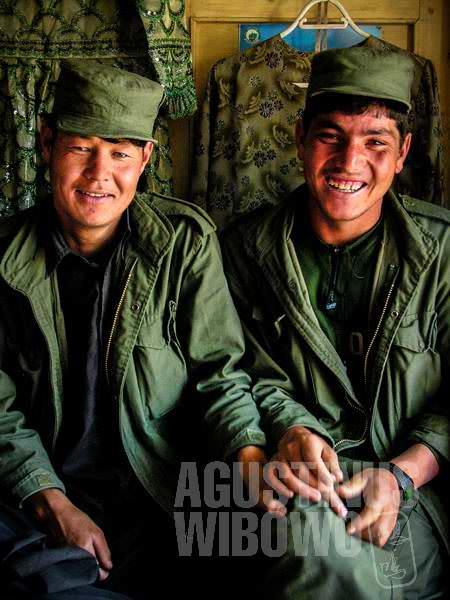4.Persahabatan dua tentara muda dari Bamiyan. (AGUSTINUS WIBOWO)