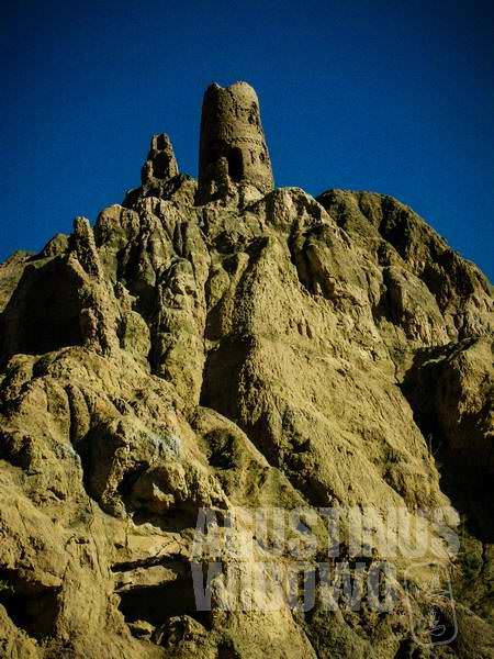 Reruntuhan menara di puncak bukit. (AGUSTINUS WIBOWO)