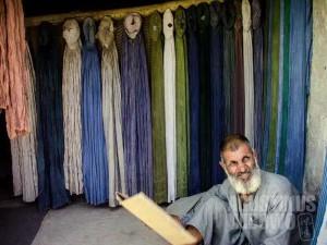 1.Seorang pedagang burqa---pakaian perempuan yang paling tren di Kandahar. (AGUSTINUS WIBOWO)