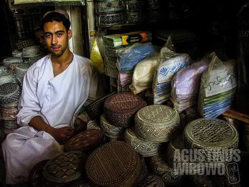 9.Topi adalah kebanggaan mereka. Topi manik-manik dari Kandahar bisa bernilai ratusan dolar. (AGUSTINUS WIBOWO)
