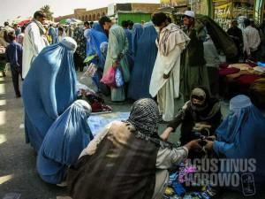 1.Dibanding Pakistan, para perempuan Afghanistan lebih terlihat di jalanan, namun mayoritas tertutup rapat di balik burqa. (AGUSTINUS WIBOWO)