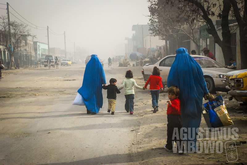2.Burqa sangat berguna di tempat yang penuh debu ini (AGUSTINUS WIBOWO)