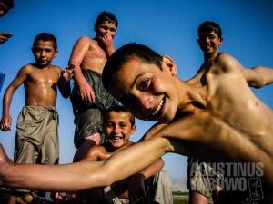 1.Tawa riang anak-anak Taloqan di sungai yang sejuk (AGUSTINUS WIBOWO)