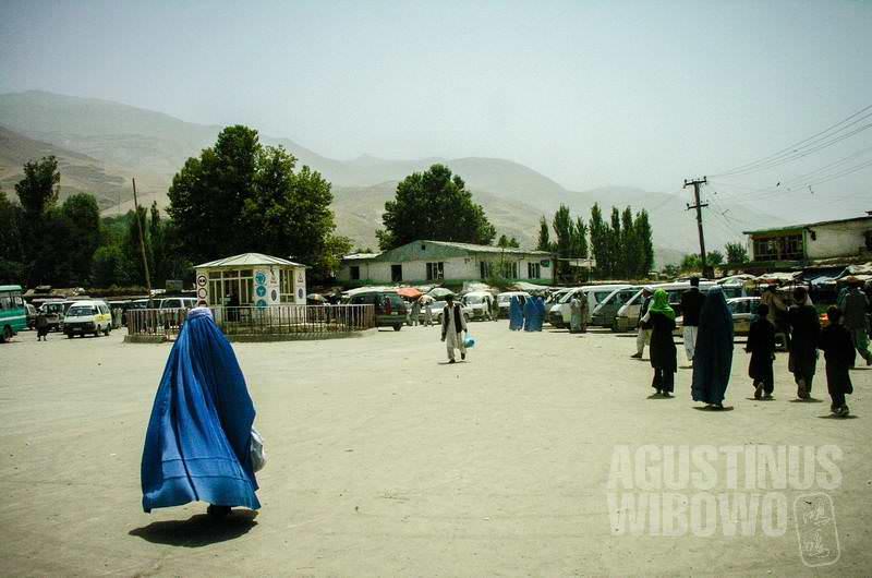 1.Mayoritas perempuan di jalanan Faizabad, Badakhshan, berbalut burqa (AGUSTINUS WIBOWO)