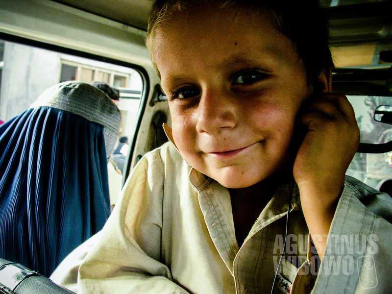 2.Bocah-bocah di dalam kendaraan asyik mendengarkan MP3 (AGUSTINUS WIBOWO)