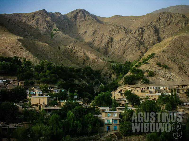 2.Di daerah pegunungan, mereka membangun rumah hingga ke pinggang bukit. (AGUSTINUS WIBOWO)