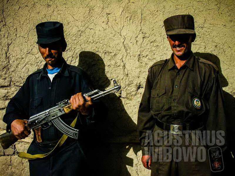 2.Para tentara perbatasan bersenjatakan bedil (AGUSTINUS WIBOWO)