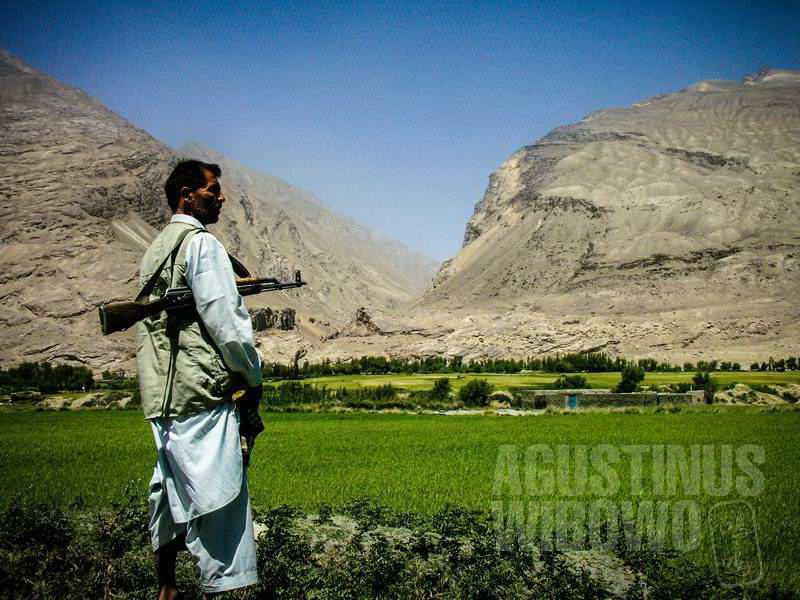 1.Sang komandan di perbatasan. Pegunungan di seberang sana adalah Tajikistan (AGUSTINUS WIBOWO)