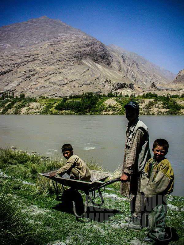 2.Di seberang sungai terlihat jelas sebuah negara asing: Tajikistan (AGUSTINUS WIBOWO)