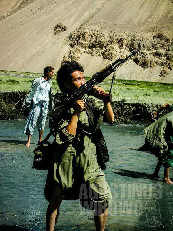 5.Sementara yang lain bekerja, narsis dulu dengan Kalashnikov sang komandan (AGUSTINUS WIBOWO)