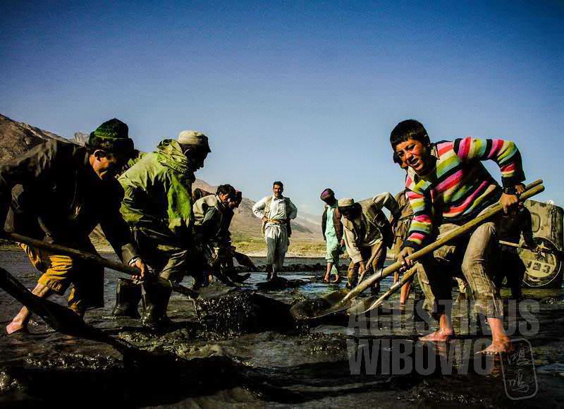 8.Semua bekerja keras mengubah arah aliran banjir (AGUSTINUS WIBOWO)