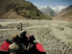6.Petualangan dengan traktor di pegunungan Atap Dunia (AGUSTINUS WIBOWO)