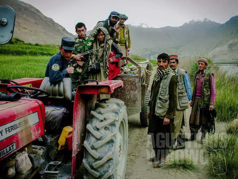 2.Semua ikut menumpang traktor Juma (AGUSTINUS WIBOWO)