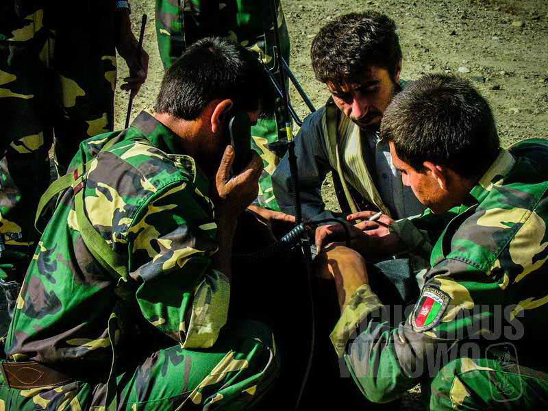 2.Para tentara Afghanistan sibuk mendiskusikan prosedur (AGUSTINUS WIBOWO)