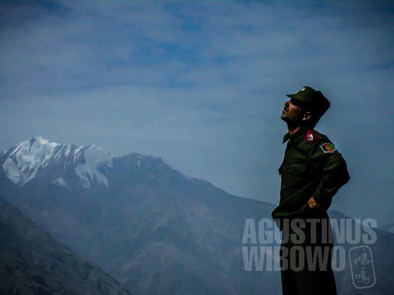7.Ghulam Sakhi memandang pegunungan (AGUSTINUS WIBOWO)
