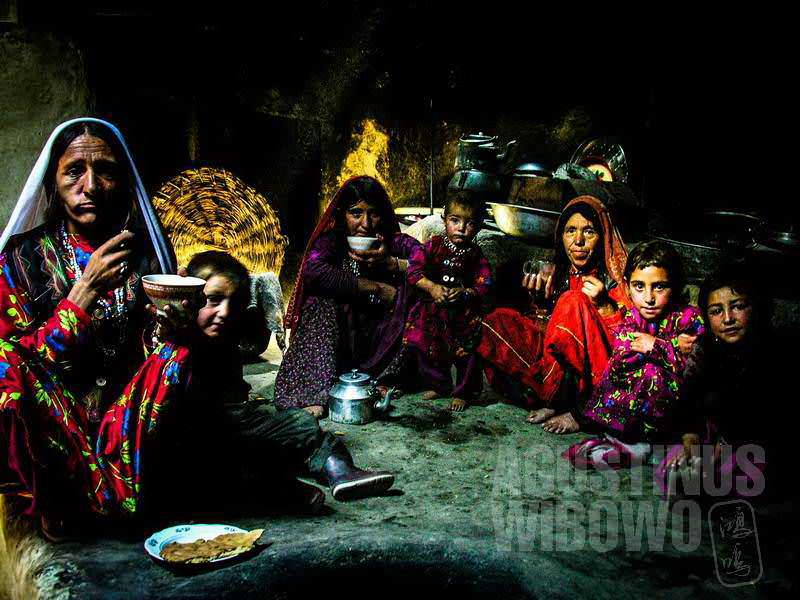 2.Para perempuan di rumah Bulbul makan bersama (AGUSTINUS WIBOWO)