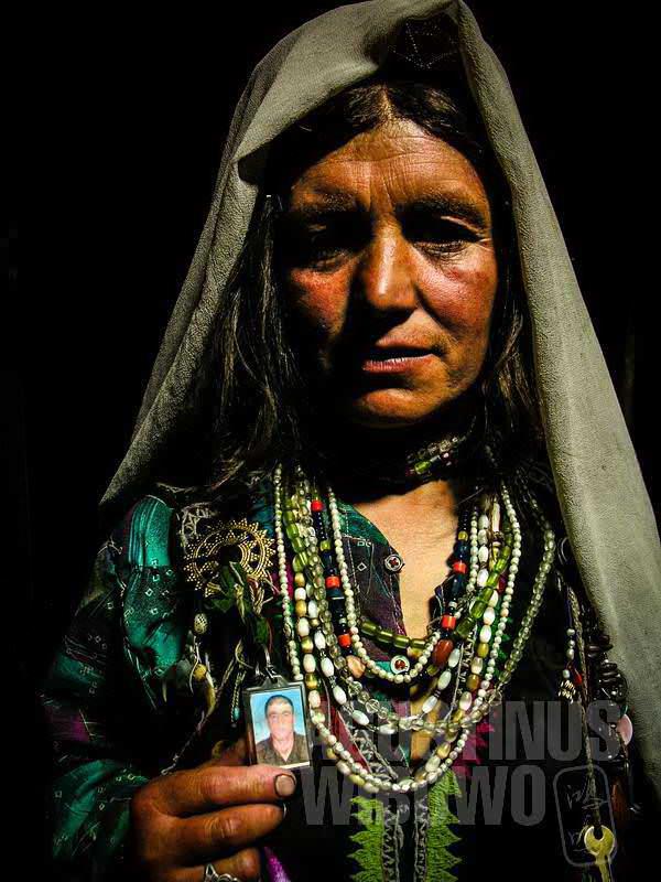 4.Perhiasan para perempuan sangat banyak dan berat, mereka bahkan membawa bros bergambar foto suami atau kakak (AGUSTINUS WIBOWO)