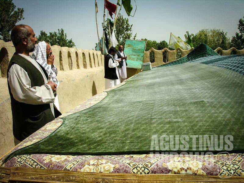 4.Ziarah kini identik dengan kota suci Balkh, yang bertaburan makam suci (AGUSTINUS WIBOWO)