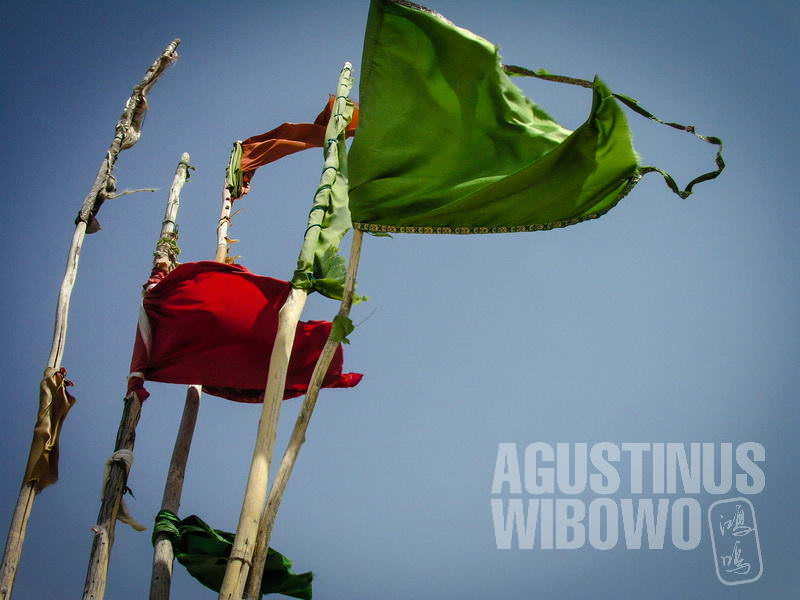 5.Bendera-bendera berkibaran di sekeliling makam (AGUSTINUS WIBOWO)